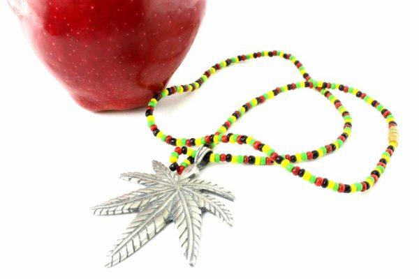 Collier Perles Pendentif Feuille Cannabis