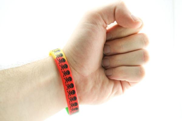 Bracelet PVC Rasta Têtes de Mort Noires